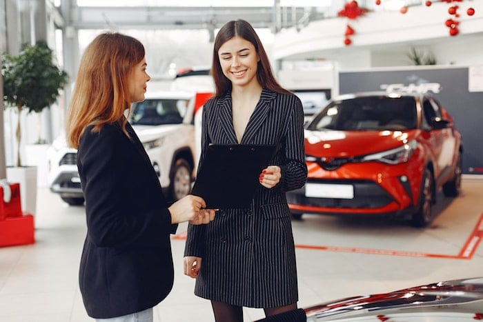 positive-gorgeous-agent-sharing-contract-with-client-in-car-4173194